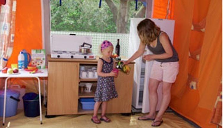 Bungalowtent Gusto - keuken hoge koelkast